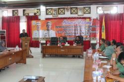 DENGAR PIDATO: Staf jajaran Pemkab Lamandau dan rombongan studi banding pengembangan gaharu dari Kabupaten Donggala mendengarkan pidato dari Wakil Ketua DPRD Donggala, dalam kunjungan kerjanya, Senin (2/3) kemarin.
