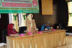 PELATIHAN: Ketua Tim Penggerak Pemberdayaan Kesejahteraan Keluarga Kabupaten Banjar Raudhatul Jannah memberikan penjelasan mengenai tujuan pelatihan pembuatan kain sasirangan, beberapa waktu lalu.