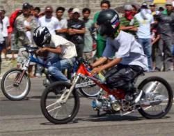 DIAMANKAN : Puluhan pemuda menggelar aksi balapan liar. Sementara itu puluhan ABG diamankan aparat Polresta Banjarmasin karena menggelar aksi balapan liar.
