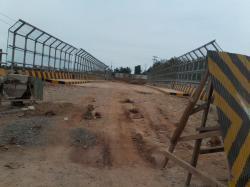 RUSAK: Jembatan underpass yang diresmikan oleh mantan Bupati Bartim Zain Alkim, tahun 2013 silam ini terus menuai keluhan. Pasalnya, hingga kini proses pengerjaan jembatan tak kunjung selesai.