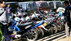 KENDARAAN CURIAN : Warga melihat-lihat kendaraan hasil temuan polisi. Sementara itu, jajaran Polres Barito Utara berhasil menangkap Amat, pencuri tiga sepeda motor dalam semalam, Kamis (26/2).