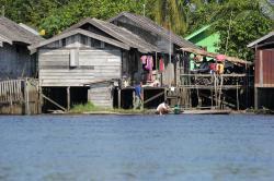 SUNGAI BARITO : Sungai Barito yang menjadi ketergantunga hidup warga di Puruk Cahu. Selain digunakan untuk MCK, di sungai ini juga kerap lalu lalang transportasi air yang mengangkut warga.