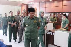 KANTOR BARU : Walikota Palangka Raya, Riban Satia didampingi Kepala Dispenda Hera Nugrahayu meninjau kantor dinas pendapatan yang baru dioperasionalkan beberapa waktu lalu.