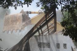 EKSEKUSI RUMAH: Satu unit alat berat hancurkan dua rumah di Jalan Jilik Riwut III, Kelurahan Madurejo, Kecamatan Arut Selatan, Kabupaten Kobar, beberapa waktu lalu.
