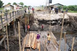 Pengerjaan jembatan Anak Sungai Arut, di Kelurahan Raja Seberang, Jalan Pangkalan Bun-Kolam. Dinas PU Kobar membuat jembatan baru di Sungai Arut, Kelurahan Baru, Kecamatan Arut Selatan. BORNEONEWS/RADEN ARIYO