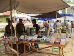 DITERTIBKAN : Satpol PP Kabupaten Bartim saat melakukan penertiban PKL, beberapa waktu lalu. Sementara itu, pedagang konveksi di Pasar Ampah ditertibkan UPT karena bandel tidak menempati lapak dagang kususus pakaian yang sudah disediakan.