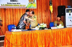 RESES : Anggota DPD perwakilan Kalteng asal Kabupaten Kapuas, M Mawardi (kiri) disambut hangat Bupati Kapuas Ben Brahim S Bahat (tengah) saat menggelar pertemuan dalam rangka reses di Aula Bappeda Kapuas, Rabu (4/3).