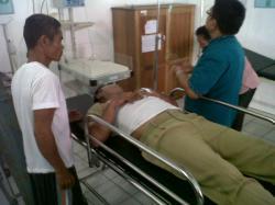 KORBAN PERAMPOKAN : Korban perampokan, Anto, 52, terbaring lemah di ruang UGD, RSUD Mas Amsyar Kasongan, Rabu (4/3).