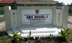 SANKSI DENDA : Papan nama SMK Negeri 1 Kotawaringin Lama tampak dari depan. Kebijakan pihak sekolah yang memberlakukan denda bagi siswa yang tidak mengikuti ekstrakurikuler menuai kontroversi.