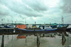 RETRIBUSI:Beberapa kapal berkapasitas di bawah 10 GT bersandar di dermaga ikan Kumai beberapa waktu lalu. Berlakunya kebijakan larangan pungutan retribusi pemkab terhadap nelayan kecil menunggu revisi perda.