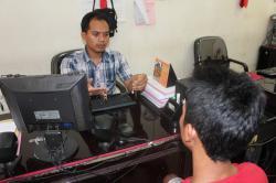 TERSANGKA PENCURIAN : Personel Satreskrim Polres Kotim saat memeriksa seorang tersangka pencurian yang berhasil ditangkap, beberapa waktu lalu.