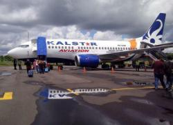 NAIK PESAWAT : Beberapa penumpang bersiap memasuki pesawat milik maskapai Kalstar Aviation di Bandara H Asan. Hingga saat ini belum ada kejelasan penambahan maskapai yang melayani rute Sampit.