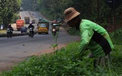 JALAN MENANJAK : Sejumlah kendaraan melintas di jalan yang menanjak. Sementara itu, jalan tembus Wayang yang terletak di Muara Teweh, Kabupaten Barito Utara dinilai membahayakan pengendara karena terlalu menanjak.