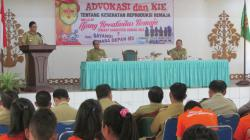 AJANG KREATIVITAS REMAJA : Wakil Bupati Gunung Mas Roni Karlos menyampikan sambutan ketika membuka kegiatan Ajang Kreativitas Remaja di GPU Tampung Penyang Kuala Kurun, Rabu (4/3).