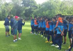 BERLATIH: Timnas U-22 hanya bisa membawa 20 pemain saja dari kuota 28 pemain ke Hanoi, Vietnam. Garuda Muda sebetulnya dijadwalkan bertanding uji coba melawan tim lokal namun batal.