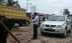 LIHAT JALAN RUSAK : Anggota Komisi B DPRD Palangka Raya, Alfian Batnakanti melihat kondisi Jalan Rajawali yang rusak, Senin (2/3). Lantaran tak kunjung diperbaiki oleh pemerintah kota melalui dinas PU, maka komisi B berinisiatif memperbaiki sendiri.