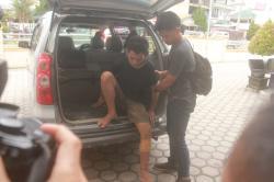 KE RUMAH SAKIT: Sg, warga Jalan Tjilik Riwut, Km 8, Palangka Raya, dibawa ke Rumah Sakit Bhayangkara untuk mendapat perawatan setelah kaki kanannya di hadiahi timah panas polisi, Kamis (5/3). Sg ditembak lantaran berusaha melarikan diri saat hendak ditangkap pascatepergok mencuri seng.