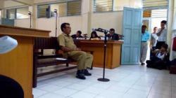 BERI KETERANGAN: Sekretaris Dewan Kapuas I Gde Oka Ariawan memberi keterangan kepada majelis hakim Pengadilan Tipikor Kalimantan Tengah pada Pengadilan Negeri Palangka Raya, Kamis (5/3).
