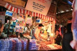 SURAT IZIN PENEMPATAN : Pedagang di kios Pasar Indra Sari sedang melayani pembeli. Saat ini, ada surat izin penempatan (SIP) yang diagunkan oleh pedagang ke bank.