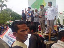 DEMONTRASI : Mantan bupati Hulu Sungai Tengah Syaiful Rasyid yang saat ini menjadi anggota DPR RI berorasi menolak pembukaan tambang dan perkebunan kelapa sawit saat mengikuti demonstrasi di depan kantor DPRD HST, Kamis (5/3).