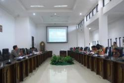 OPERASI PASAR : Dinas Perindustrian, Perdagangan dan Pengelolaan Pasar (Disperindagsar) bersama Bulog menggelar operasi pasar beras murah di pasar IPU Muata Teweh, Kamis (5/3).