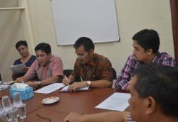EVALUASI BP3K : Ketua Tim 17 Kotara Jhon Krisli (dua dari kiri) didampingi Ketua BP3K Kotara Ansen Tue (kiri), saat rapat evaluasi kerja tim BP3K Kotara, beberapa waktu lalu.