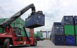 Seluruh aktivitas bongkar-muat barang dialihkan ke pelabuhan resmi di Pelabuhan Sampit yang dikelola PT Pelindo III. BORNEONEWS/DOK