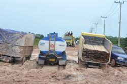 TERJEBAK LUMPUR : Mobil yang melintas di Jalan penghubung Pangkalan Bun - Kotawaringin Lama terjebak lumpur sejak Selasa (24/3). Akibatnya, puluhan kendaraan antre untuk melintas di jalan tersebut.