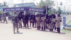 BERJAGA: Prajurit TNI AU Lanud Syamsudin Noor Banjarbaru terus berjaga pascamunculnya teror bom terhadap pesawat Kalstar. Rabu (25/3), TNI AU menggelar simulasi pengamanan massa.