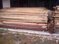 DIAMANKAN : Kayu ulin ilegal ini diamankan Polisi Hutan Kotabaru, Kalsel, Rabu (25/3). Setelah diselidiki ternyata kayu ini diambil pelaku dari kawasan hutan milik PT Inhutani II.