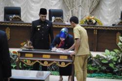 PENGESAHAN RAPERDA : Wakil Ketua I DPRD Barito Utara Meri Rukaini dan Wakil Bupati Barito Utara menandatangani pakta integritas mengenai persetujuan bersama dua buah raperda yang ditetapkan menjadi perda pada sidang paripurna, Rabu (25/3).