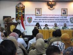 BERI SAMBUTAN : Kepala BP3AKKB Kalteng Endang Kusriatun (Kiri) memberikan sambutan pada acara sosialisasi kota layak anak di lantai II Kantor Bupati Kotim, Rabu (25/3).