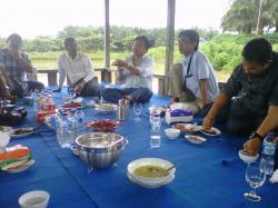 SUASANA SANTAI: H Abdul Rasyid saat bersantai dan menjamu tamu di vila perkebunan PT SSMS Tbk, di Desa Sulung, Minggu (22/3).