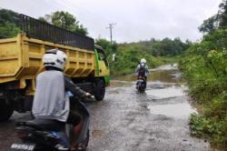 JALAN RUSAK : Pengendara melintas di jalan penghubung Pangkalan Bun - Kumai yang melintasi kawasanTNI AU. Ruas jalan itu bergelombang dan membahayakan pengendara yang melintas