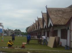 SUDAH RAMPUNG: Beberapa pekerja sedang membangun stan pameran STQ ke-20 di sekitar Masjid Agung Sukamara, Selasa (24/3.) Pembangunan stan pameran kini sudah rampung dan peserta sudah bisa mendaftarkan diri.