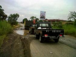 JALAN RUSAK : Truk dan mobil pikap melintas di ruas Jalan Ahmad Yani di Kecamatan Kelumpang Hilir, Kabupaten Kotabaru, yang mengalami kerusakan, Rabu (25/3).
