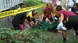 DIEVAKUASI : Aparat Polres Kapuas mengevakuasi mayat Sumiyanto, Jumat (27/3). Korban diduga dibunuh. Hingga kemarin polisi masih melakukan penyelidikan untuk mengungkap motif pembunuhan ini.