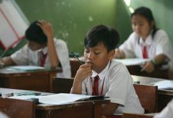 SEDANG UJIAN : Sejumlah murid SD di Jakarta ketika mengikuti ujian nasional, tahun lalu. PT PLN Sampit tidak bisa menjamin permintaan Dinas Pendidikan Kotim, yakni selama ujian berlangsung listrik tak padam.