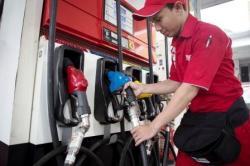 BBM NAIK: Petugas melakukan pengisisan bahan bakar jenis pertamax di Stasiun Pengisian Bahan Bakar Umum Jalan Abdul Muis, Jakarta Pusat, Minggu, (15/3). Pemerintah kembali menaikkan harga BBM jenis premium yang berlaku mulai Sabtu (28/3) lalu.