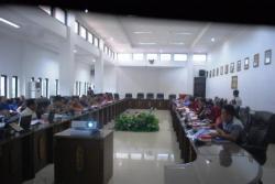 DENGAR PENDAPAT: Beberapa orang dari Yayasan Gunung Lumut, sejumlah anggota DPRD dan tokoh masyarakat saat menikuti rapat dengar pendapat (hearing) di Kantor DPRD, Jalan A Yani, Jumat (27/3).