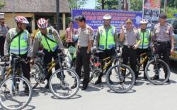PATROLI SEPEDA: Kapolres Kotim AKBP Himawan Bayu Aji ditemani Kabag Ops Kompol Sukamat dan Kasat Sabhara AKP Bambang saat mengunjungi anggota yang sedang melaksanakan patroli bersepeda di Taman Kota, beberapa waktu lalu.