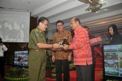 MEMBERIKAN CENDERAMATA: Gubernur Kalimantan Tengah, Agustin Teras Narang, memberikan Cenderamata kepada Menteri Perencanaan Pembangunan Nasional/Kepala Bappenas