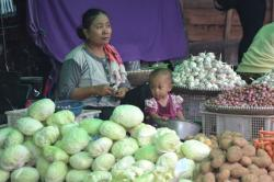 MENUNGGU PEMBELI : Pedagang sayuran di Pasar Indra Sari Pangkalan Bun saat menunggu pembeli, Senin (30/3). Pedagang masih menjual stok lama sehingga belum menaikkan harga sayuran.
