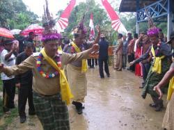 DIBUI LAGI: Menari adalah salah satu khas Dayak Tomun dalam menerima tamu. Dan, bahasa Dayak Tomun juga unik.