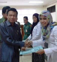 BERPRESTASI : Bupati HST Harun Nurasyid menyerahkan bantuan kepada pegawai RSUD Damanhuri yang berprestasi.