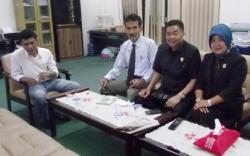 BERBINCANG : Anggota DPRD Barito Utara, Mulyar Samsi, Acep Tion, dan Leni Marlina saat berbincang dalam ruangan Komisi C DPRD Barito Utara, beberapa waktu lalu.