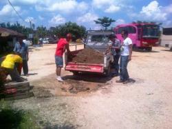 TERMINAL PBB : Pekerja sedang memperbaiki terminal di Muara Teweh menjelang penilaian Adipura. Masyarakat berharap, perbaikan terminal jangan hanya mendekati penilaian Adipura saja.