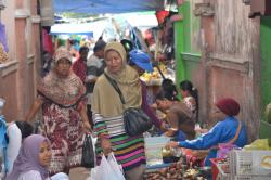 PEDAGANG TERUSIR : Aktivitas pedagang yang berjualan di lorong Pasar Indra Sari, Pangkalan Bun, Kabupaten Kotawaringin Barat, Selasa (31/3/2015). Mulai 1 April, pedagang yang menempati lorongan dan emperan Pasar Indra Sari akan direlokasi.