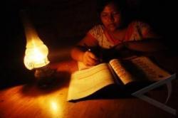 MENGAJI : Seorang anak belajar mengaji dengan menggunakan lampu teplok. Sementara itu pengurus Langgar As Salam mengeluhkan lambannya proses penyambungan jaringan listrik yang diajukan ke PLN Cabang Batulicin, Kalsel.