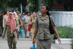 GAJI HONORER : Beberapa aparatur sipil negara (ASN) saat pulang kerja. Pemkab dan DPRD Barito Utara tengah mengkaji gaji honorer yang selama 2012 belum ada penaikan.